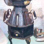 Poêle des repasseuses : à bois ou à charbon, utilisé par les blanchisseuses et les repasseuses - Écomusée Auzon