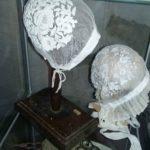 Différentes sortes de bonnets, tuyautés ou non - Écomusée d'Auzon