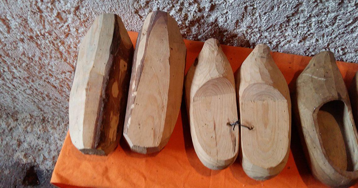Différentes étapes de fabrication. Le bois utilisé était en tilleul, bouleau...- Écomusée Auzon