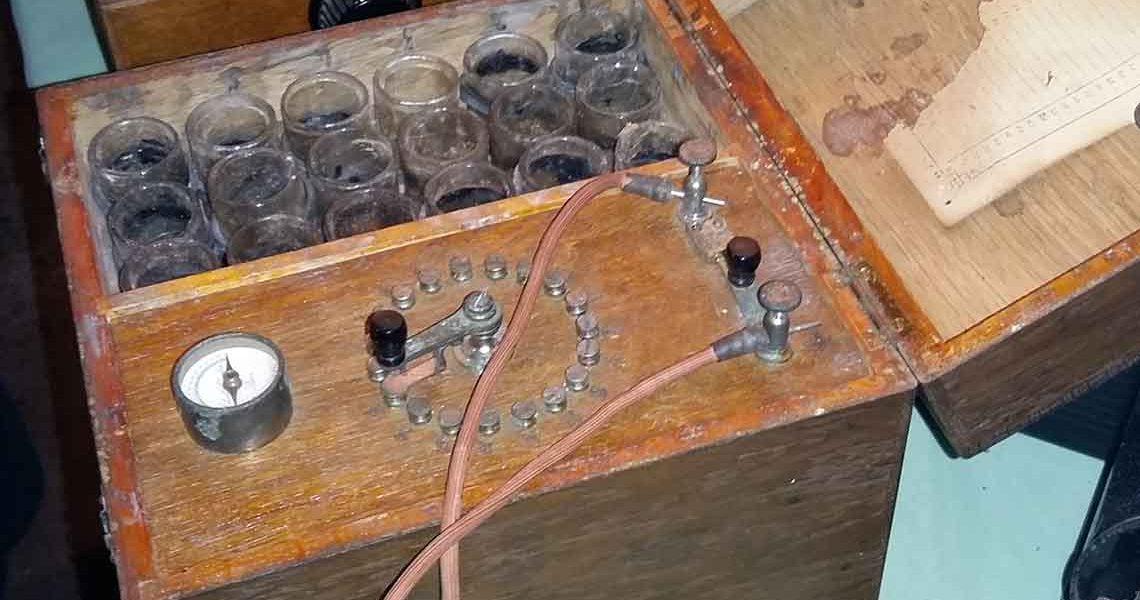 Batterie pour développement photosUn des premiers flashs datant du 20e siècle - Écomusée Auzon
