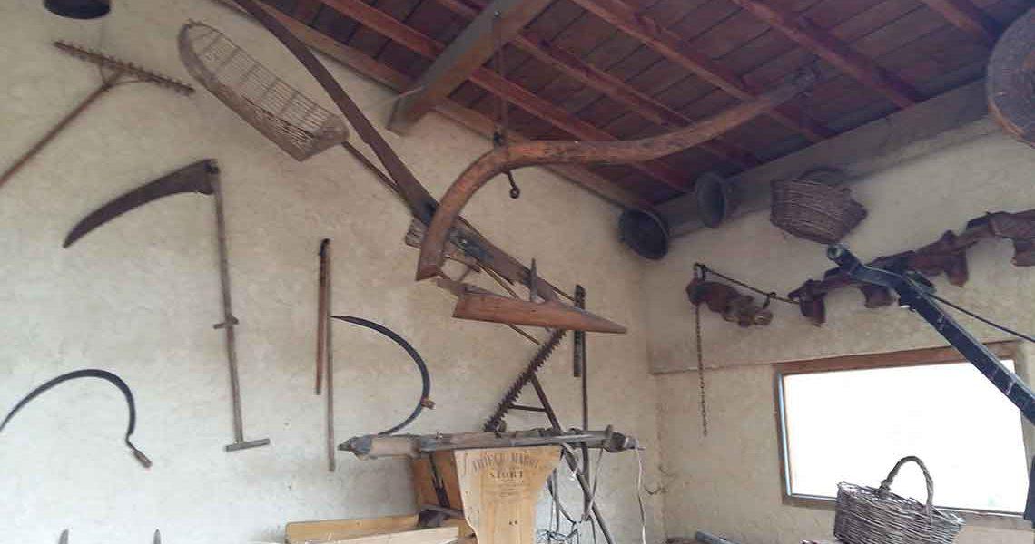 Araire, ancêtre de la charrue, utilisée pour labourer la terre et faire les sillons pour les semis - Écomusée Auzon